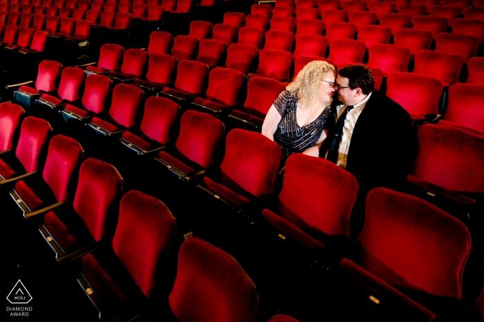 Photographe de fiançailles pour Orpheum Theatre, Minneapolis, MN   Orpheum Theather - Couple aux sièges rouges
