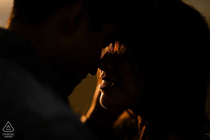 Verlobungsporträt von Krabi - Bild enthält: intim, Silhouette, Paar, verlobt