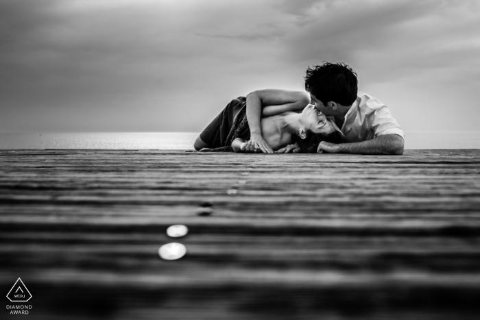 Portret zaręczynowy z promenady w Hossegor - fotografia zawiera: parę, czarno-biały, dok, wodę, pocałunek