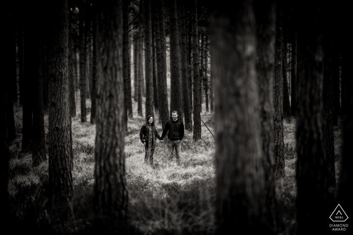 Betrokkenheidsfotograaf voor Moors Valley, Dorset - Portret van een koppel tussen de bomen