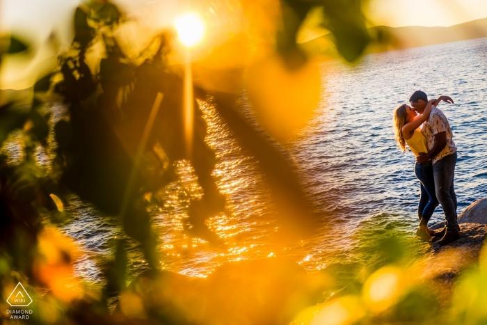 Verlobungsfotografie für Secret Beach Lake Tahoe | Paar wird auf den Felsen vertraut
