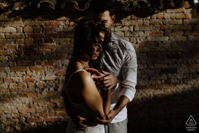 Verlobungsfotos aus O Butia - Porto Alegre - Rio Grande do Sul - Porträt enthält: Backstein, Mauer, Schatten, Paar, Liebessitzung