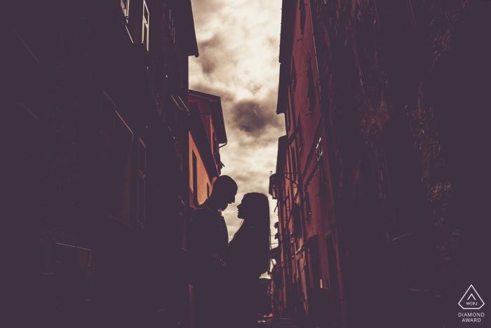 Portrait de fiançailles de Bolano - La photographie contient: couple, bâtiments, ville, silhouette