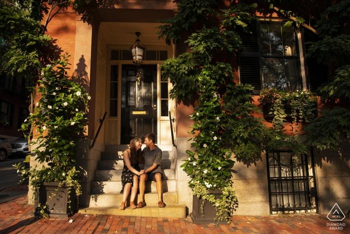 Photos de fiançailles de Beacon Hill, Boston, Massachusetts - Couple sur les marches au coucher du soleil