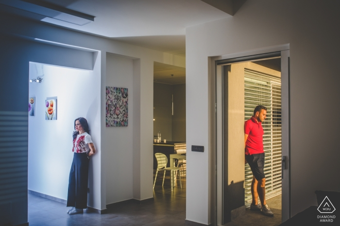 Betrokkenheidsfotografie voor Siracusa - Portret bevat: thuis, deuropeningen, paar, verloofd