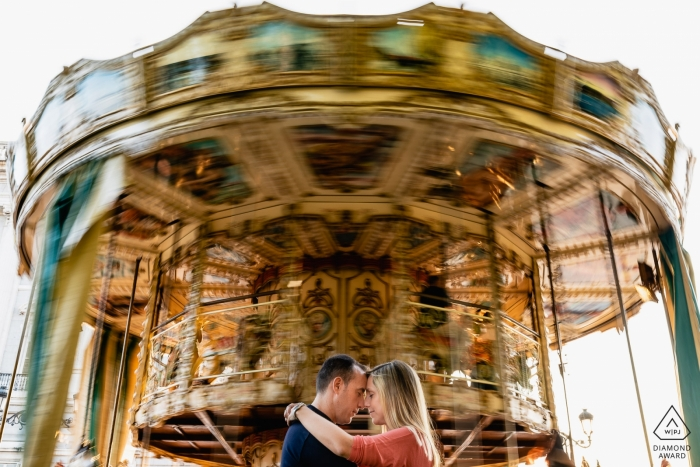 Engagement Photos from Madrid - Couple in front of a carrousel