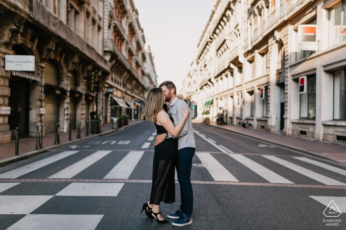 Engagement Photos   Couple kissing in the middle of the Toulouse street in France
