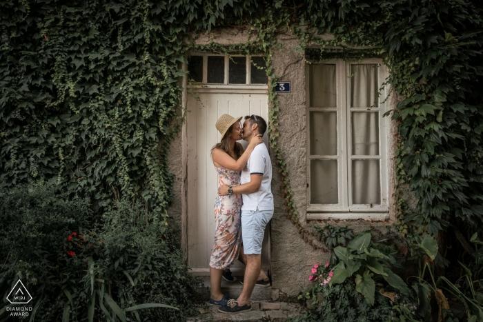 Verlobungsfotografie für Angers, Frankreich - Porträt vor der Hochzeit auf der Veranda mit Tür und Fenster
