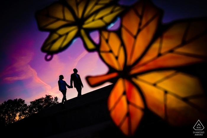 Verlobungsfotograf für Montrose Beach, Chicago | Ein paar zu fuß bei sonnenuntergang