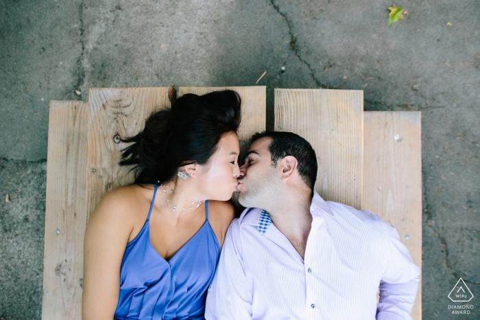 Photos de fiançailles de Seattle, WA - Regardant vers le bas un couple s'embrassant sur une table de pique-nique