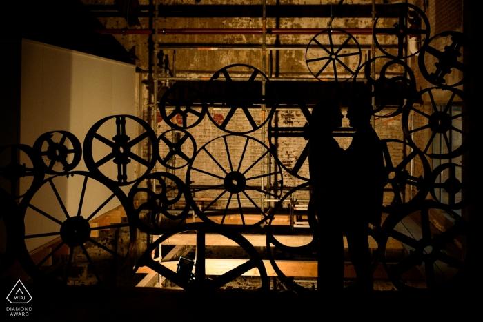 Betrokkenheidsfoto's van Koekbouw Veghel, Nederland - Silhouet van een verloofd stel in een voormalig mengvoerbedrijf