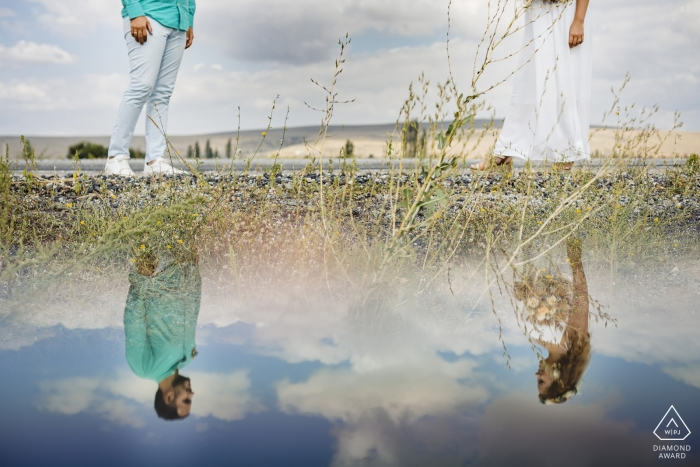 Retrato de compromiso de Capadocia Turquía: un reflejo de espejo en la pareja