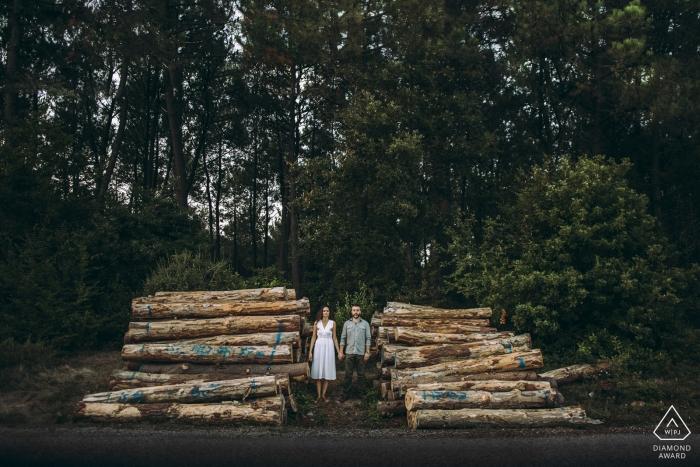 Verlobungsfotos aus Istanbul - Ein Porträt des Paares zwischen Wäldern