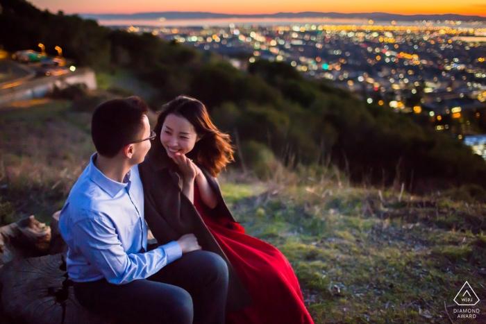 Photographie de fiançailles pour San Francisco, en Californie - Un couple charmant avec pour toile de fond une ville magnifique au crépuscule - Le temps le plus heureux au sommet