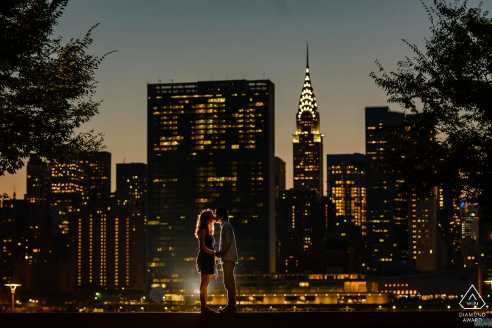 Fotógrafo de compromiso para Manhattan, Nueva York - Gantry Plaza State Park - Retrato de pareja con vista nocturna de Manhattan