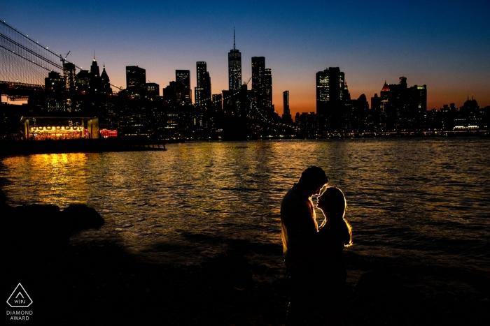 Photos de fiançailles de New York - Portrait chez Dumbo, Brooklyn - Portrait de nuit d'un couple
