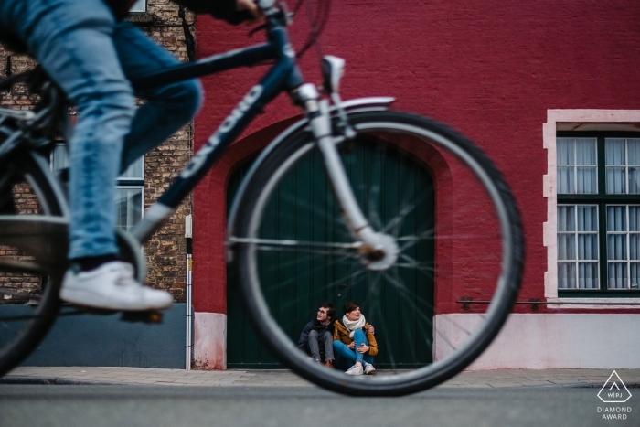 Brügge, Belgien - Die Liebe, von der Sie gesprochen haben - Porträts von Fahrradpaaren