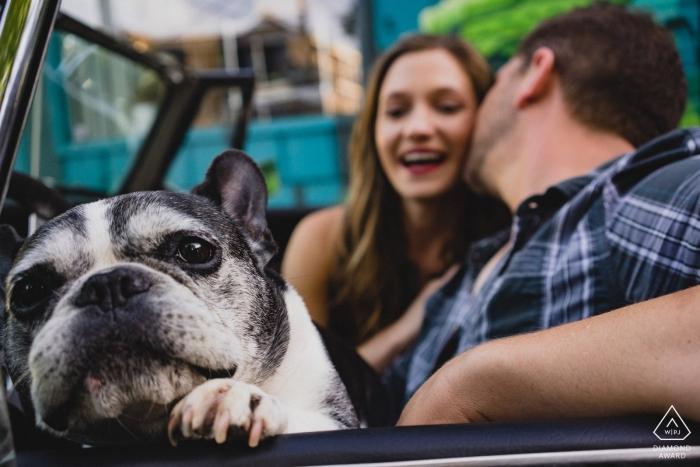 Starkville, MS Fotógrafo de compromiso: ¡Mírame! Retratos de pareja en un descapotable con un perro