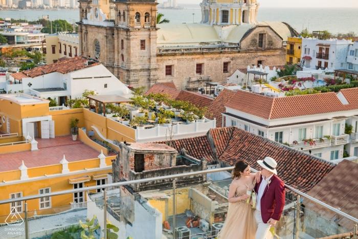 Verlobungsporträt in einer Bar auf dem Dach mit Blick auf Cartagena