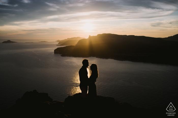 Paarporträts über dem Wasser - Cassis France-Verlobungsfotograf