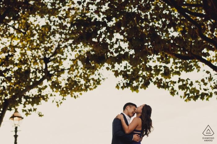 London-Paarporträt mit Bäumen um sie