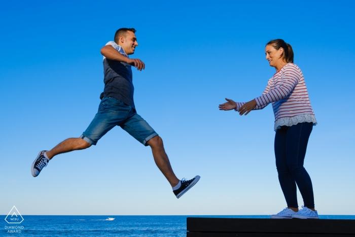 Valencia Javea - Verlobungsfotos am Wasser - Jump