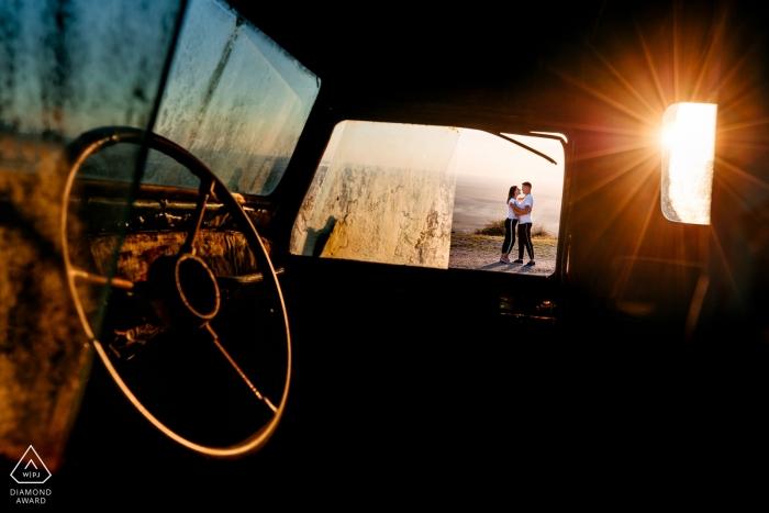 Arad PreWedding Portraits - Foto aufgenommen während der Verlobungssitzung am Nachmittag mit einem alten LKW