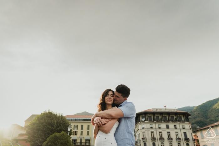 COMO LAKE ENGAGEMENT - Portraits de couple serrés avant le mariage