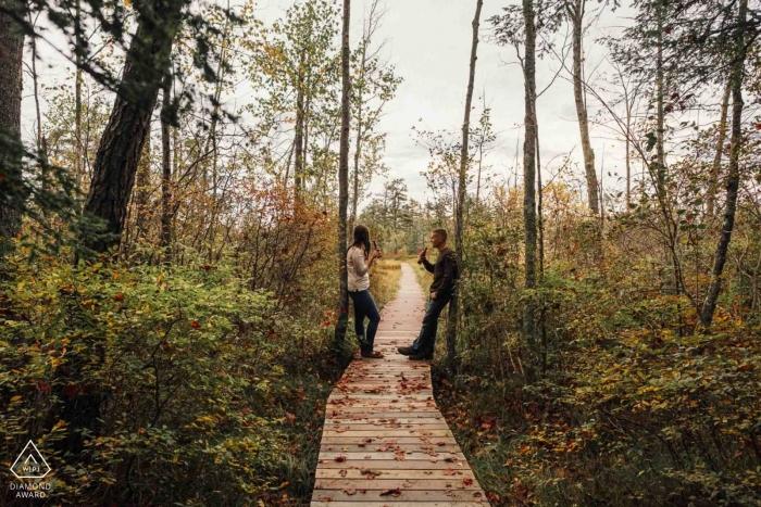 Sunset Saco, ME Beer Engagement - Séance de portrait d'une piste cyclable et d'une promenade sur une promenade en bois