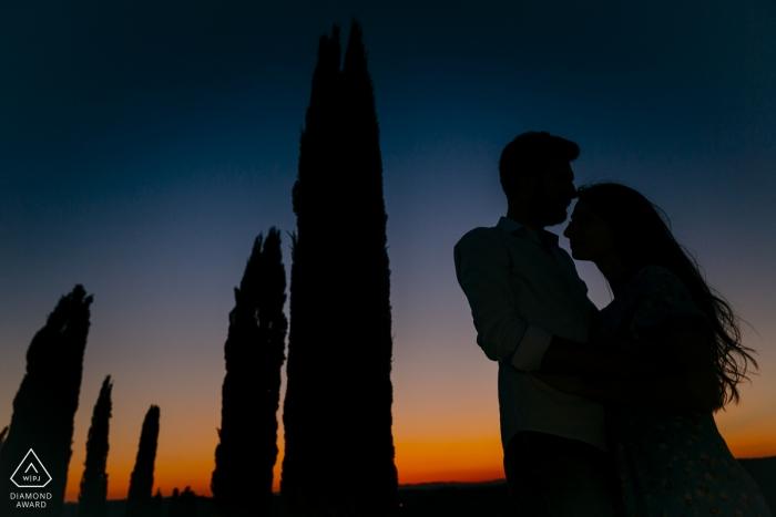 Toskana, Val d'Orcia Portrait Session mit verlobtem Paar - Silhouette unter den toskanischen Zypressen