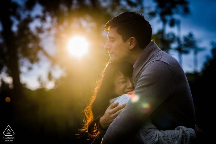 Humboldt Park, Chicago IL Verlobungsfotograf   Ein paar Umarmungen in einem Lichtstrahl bei Sonnenuntergang