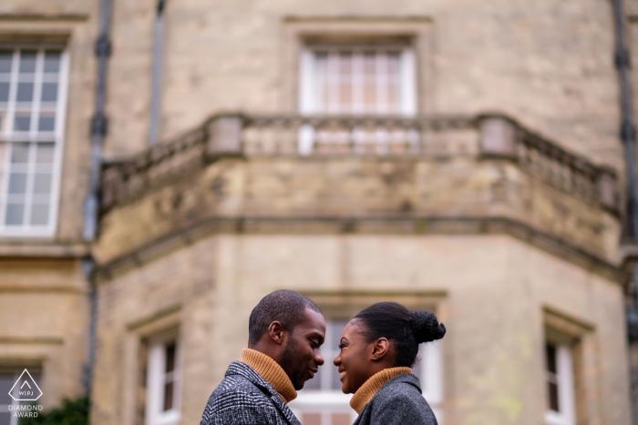 Hedsor House, Buckinghamshire Hochzeits- und Verlobungsfotograf - Das Paar, das während des Shootings vor der Hochzeit einen Moment von Nase zu Nase hat