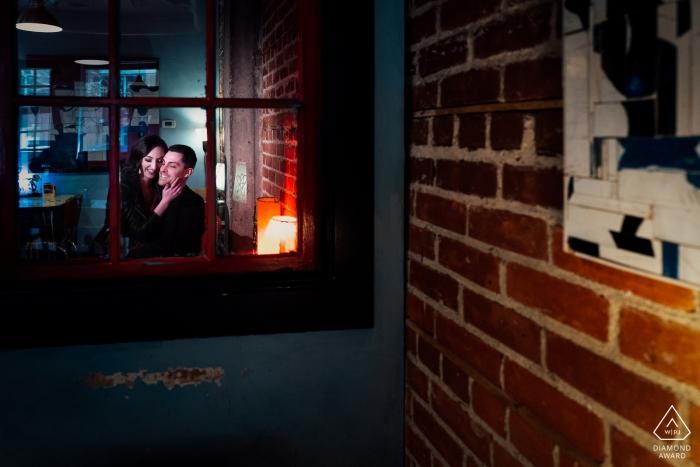 Blue Plate Restaurant, Edmonton, AB, Canada - Veel plezier tijdens een verlovingsfotosessie.