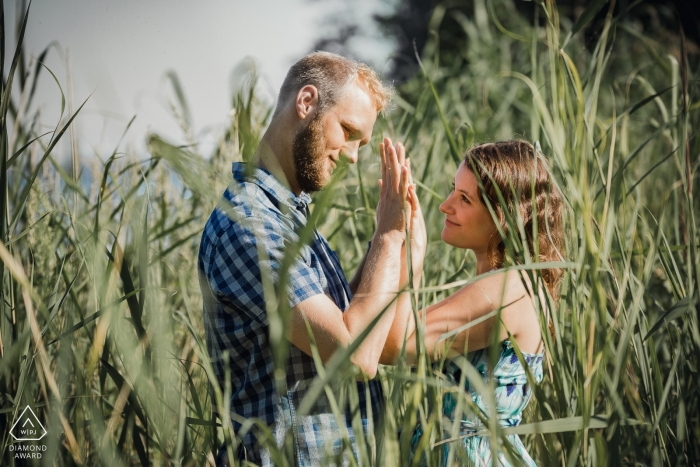Jeziorsko Beach, Pologne | Portrait de fiançailles de deux amants dans les fourrés.