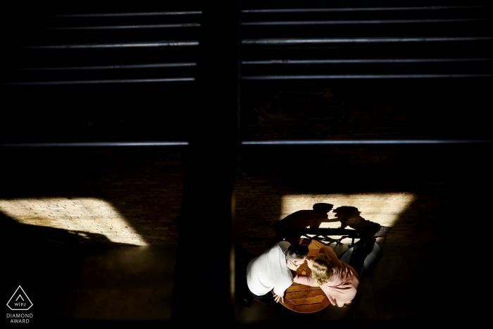 Garver Feed Mill, photographe de fiançailles à Madison, WI | Les futurs mariés jettent un baiser par-dessus leurs bières.