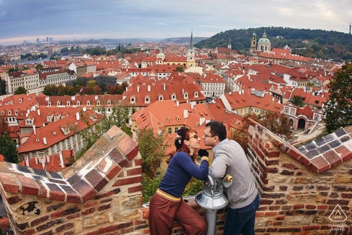 Verlobtes Paar während ihrer E-Session in Prag - Porträts vor der Hochzeit