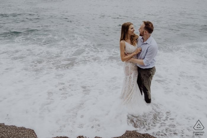 Eine Verlobungssitzung am Positano Beach - Porträts vor der Hochzeit