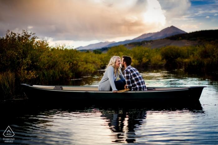 Silverthorne, CO Portraits de fiançailles à bord du bateau d'amour au coucher du soleil