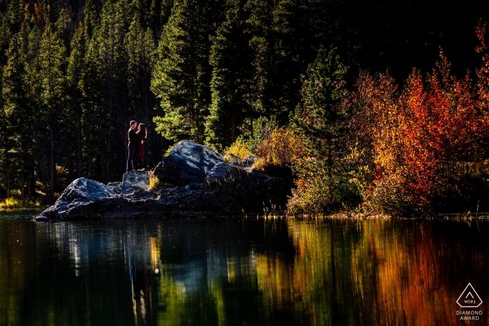 Frisco, Colorado-Fallreflexions-Verlobungsporträts auf dem See