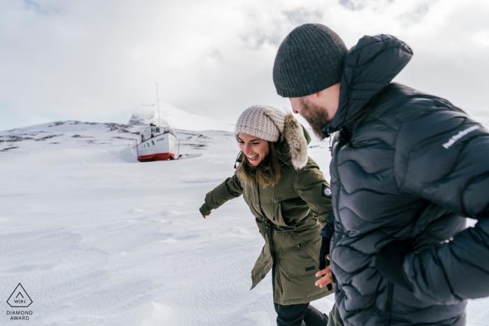 Verlobungsfotograf im Schnee von Beitostølen, Norwegen, mit einem Boot