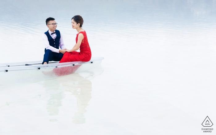 Chaka Salt Lake-Vorhochzeitssitzung in einem transparenten Boot auf einem See in Qinghai