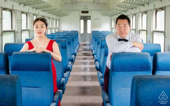 Session de couple avant le mariage dans un train abandonné à Xining, Qinghai, Chine