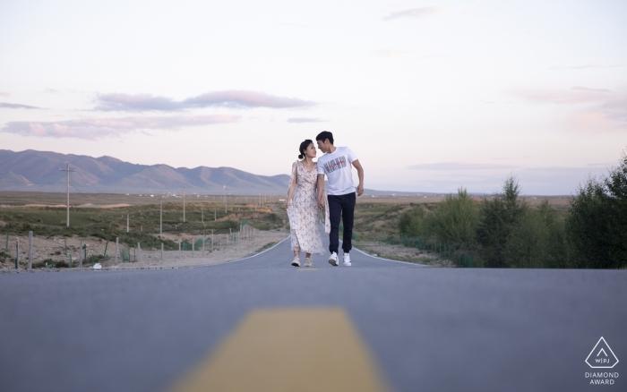 Un couple de pré-mariage tire sur la route du plateau à Shadao, Qinghai