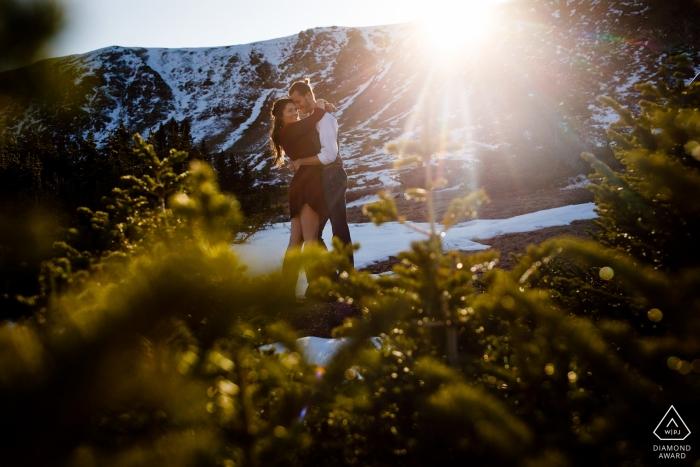 Couple de fiancés Profitant du soleil pendant leur séance de fiançailles au col de Loveland.