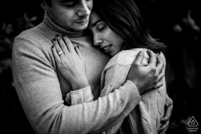 Fotografía de primer plano en blanco y negro de una pareja durante una sesión de compromiso