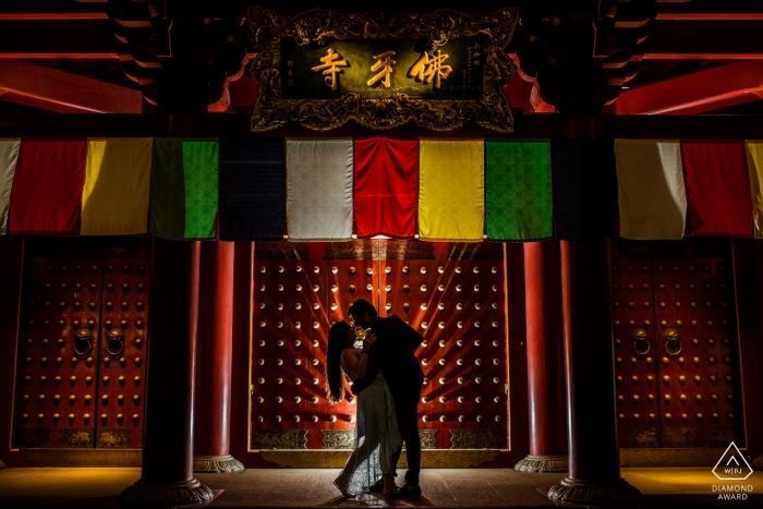 Portraits de Singapour avant le mariage en rouge - Un plongeon et un baiser dans le quartier chinois