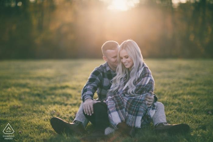 Colt State Park | Le couple Bristol RI reste au chaud pendant la séance photo d'engagement.
