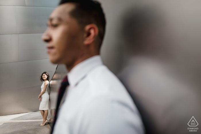 Komposition eines verlobten Paarprofils in der Walt Disney Concert Hall - Bilder vor der Hochzeit.