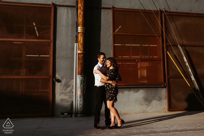 Session d'engagement du centre-ville de Los Angeles, Californie - Un couple s'embrassant dans une ruelle à DTLA