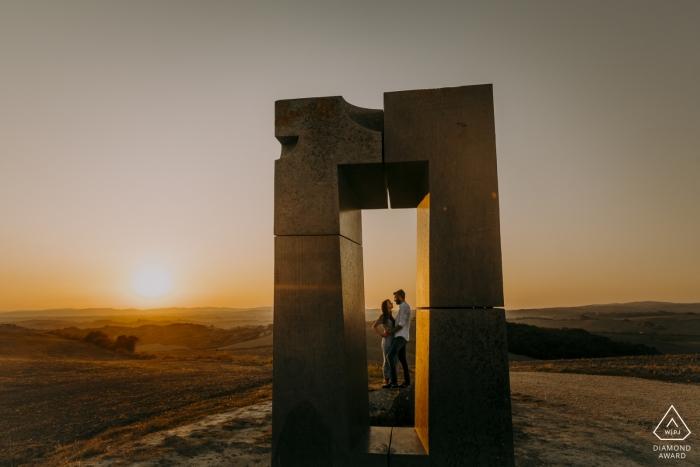 Site Transitoire, Crete Senesi, Toskana - Verlobungssitzung mit einem Paar am Fenster der Liebe
